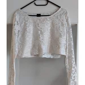 Otroligt fin knappt använd vit spets tröja med extra tyg på magen/ byst . Storlek large men passar även medium.