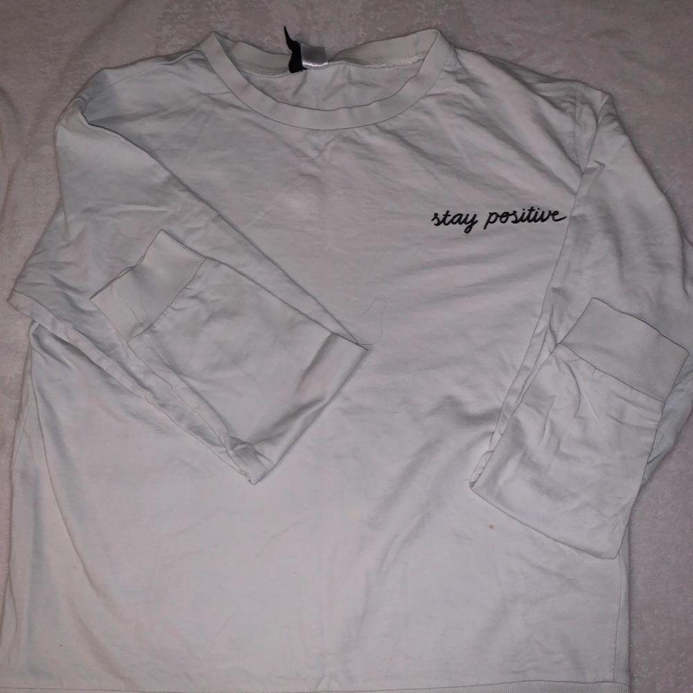 Långärmad tröja i storlek medium, passar dock bra på mig som har S/XS i tröjor. En liten sminkfläck längst ner på tröjan, dock inget som stör enligt mig. Jag kan skicka tröjan via post eller mötas upp.. Skjortor.