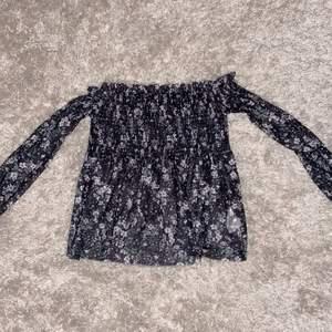 Storlek XS, blommig svart topp, använder inte pga för liten