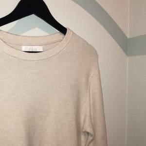 Beige jätteskön stickad tröja från Zara i storlek 164cm. Säljer pga att jag växt ut den☺️