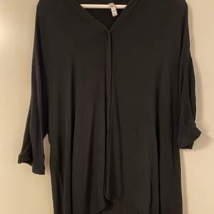 Denna skjorta kan vara allt möjligt beroende på hur man vill att den ska sitta, säljer den nu för att jag inte längre har användning av den.