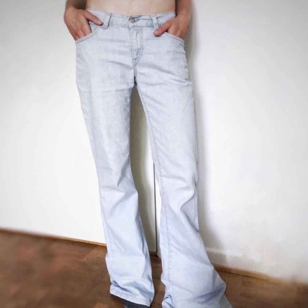 Säljer den ur snygga gammla Levis jeans! Dom är lågmidjade och Bootcut vilket ger en 2000s eller 1900s känsla! Kommer starta budgivning om många är intresserade💖 (bilderna är lånad från tidigare säljare!) Eftersom att många var intreserade tänkte jag starta budgivning den avslutas på söndag den 31 januari! Start bud 300kr. Jeans & Byxor.
