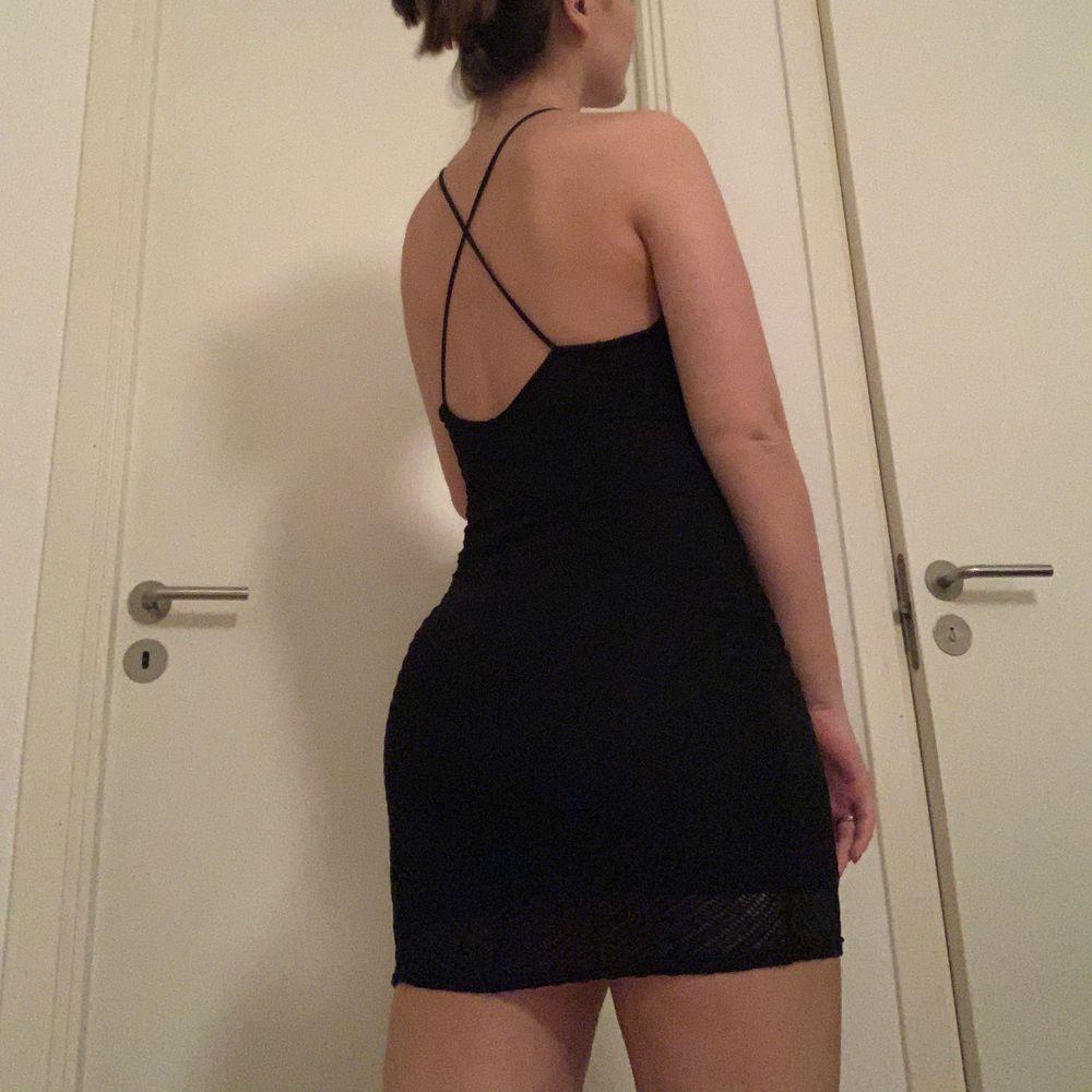 Supersnygg svart festklänning från bikbok i storlek s. Säljer då den aldrig kommer till användning (även innan covid). Det är ett mönstrat tyg överst som syns på sista bilden. 90 kr + frakt. Klänningar.