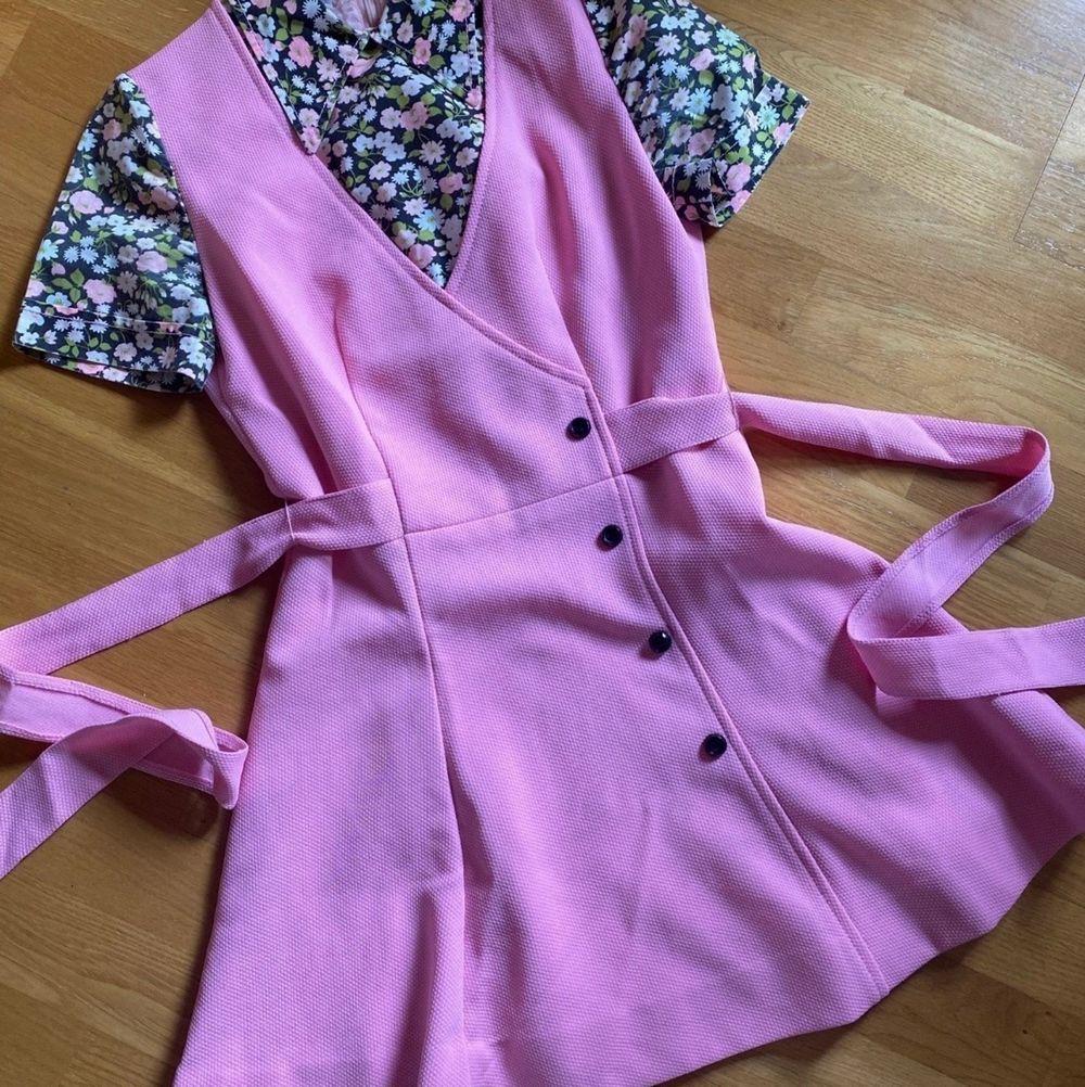 """70-tal Vintageklänning. Västmodell med """"skjorta under"""" & knyt bak som markerar midjan. Storlek XS-S fotad på en 36:a. I jättefint skick, lite gulnad på insidan men inget som syns utanpå. Frakt ingår!. Klänningar."""