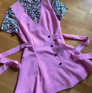 """70-tal Vintageklänning. Västmodell med """"skjorta under"""" & knyt bak som markerar midjan. Storlek XS-S fotad på en 36:a. I jättefint skick, lite gulnad på insidan men inget som syns utanpå. Frakt ingår!"""