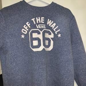 En fin sweatshirt från vans som tyvärr inte kommer till användning. Den är blå grå men ser lite blåare ut i verkligheten än på bilden. Buda gärna i kommentarerna om flera är intresserade. Storlek x large men sitter fint på mig som har s. Gillar när den är lite oversized. Den är rätt liten i storleken💕