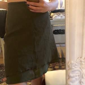 Superfin oanvänd mörkgrön kjol!