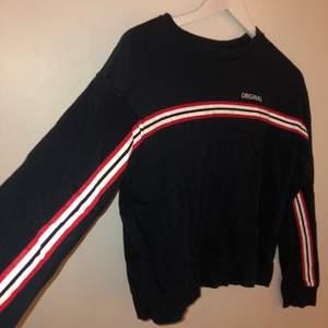 Säljer denna tunna snygga tröja den H&M då den inte passar mig. Tröjan är tunn och bekväm söt snygg.