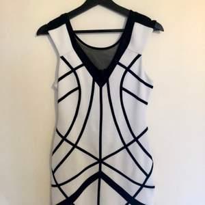 En annorlunda, ny kortklänning från märket Bebe i storlek S, klänningen passar även för mindre M. Dragkedja finns på ryggen.