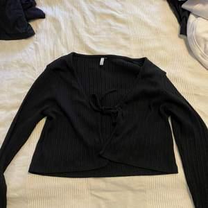 Tie In Front tröja ifrån Zalando. Endast använd 1 gång och tvättad efter det. Storlek L men mer som en M skulle jag säga. Säljer då den inte kommer till användning. 80kr + frakt eller högst budande + frakt ☺️