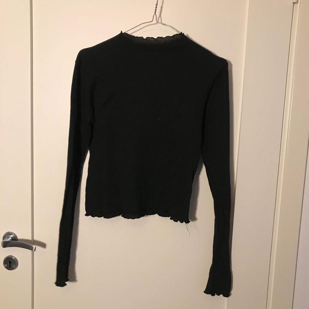 Långärmad tröja med lätt polokrage. Mjukt och skönt material! Köpt från Junkyard i storlek S 🌟 köparen står för frakt 😇. Tröjor & Koftor.