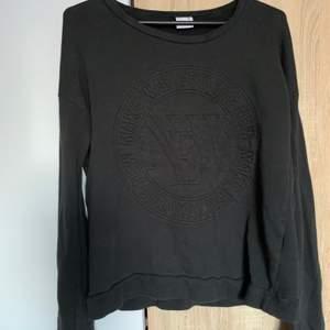 En mörkgrå sweatshirt med tryck från Gina i strl xs. Skriv vid frågor/fler bilder:)  Köpare står för fraktkostnad♥️