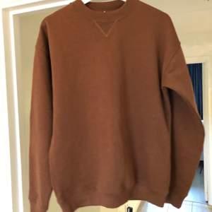 Tröjan är ny och passar inte mig. Väldigt fin och skön tröja, storlek xs men passar mer S/M för den är oversized :)