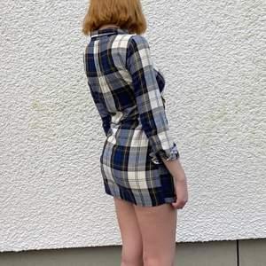 Jättefin skjort klänning från Zara. Knapparna på framsidan går att knäppa upp och de två sidorna knyts efter preferens. Säljs då den börjar bli för liten. Strl S. Skriv gärna om du har några funderingar🥰