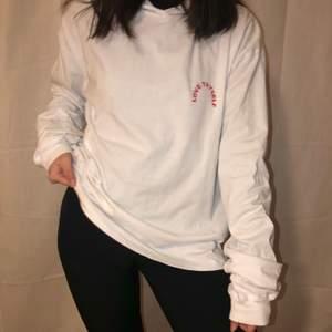 Asball hoodie i t-shirtsmaterial med tryck på ryggen från junkyard. Köpt second hand, i gott skick. Står M, antagligen herrstorlek. Snygg oversized eller cropped. Säljer pga för lite användning. Är 160 och vanligtvis xxs/xs (text: love thyself)