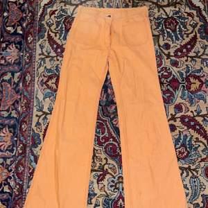 Super snygga oranga vintage 70-tals byxor!! Köpta för 600 aldrig andvända några små nopror därav kan priset diskuteras    köparen står för eventuellt frakt
