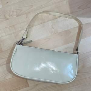 Trendigt axel/baguette väska på nyskick. Säljer pga färgen inte är min stil. Träffas i Stockholm eller fraktas (20)✨