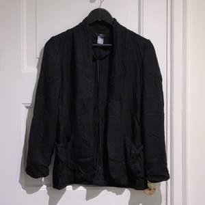 Skrynklig då den legat nedpackad. Lika snygg till jeans och t-shirt eller klänning. Två små fickor framtill som är toppen för kort eller något litet tex lypsyl. 3/4 ärm. Stl 36. 📦 Swish gäller. Möts / köpare står för frakt. Djurfritt & rökfritt hem.
