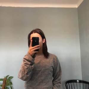 Säljer denna fina gråmelerade tröja från Nelly i storlek XS med små detaljer på ärmarna, säljer då den inte kommer till användning längre🥰 (köpare står för frakt)