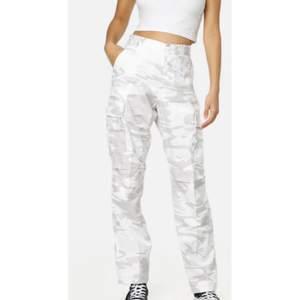 Helt nya byxor aldrig andvända och köpta från junkyard, bilderna är lånade från junkyard, köpa för 550kr, pris kan diskuteras
