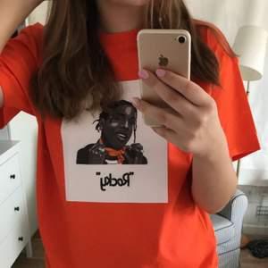 """Asap Rocky inspirerad tröja från ett uf företag på Instagram som heter """"CustomDrawn"""". Köpt för 199kr och använd ett fåtal gånger. OBS ingen merch eller liknande, endast tryck."""