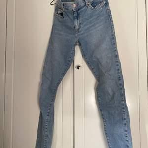 Knappt använda skinnyjeans från BikBok med fräsch, ljus jeansfärg. Lite för stora för mig som egentligen är en S och  nypris tror jag ligger på 599! Säljer för 200 kr, frakten ingår i priset!