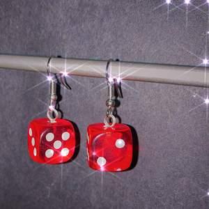superfina röda örhängen av tärningar 🎲 finns flera par! checka gärna in min instagram för fler handgjorda örhängen: @jewelryisawesome