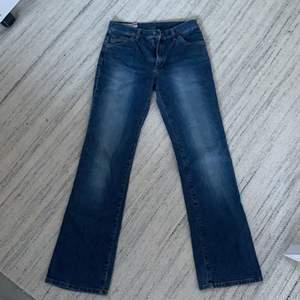 Är tvungen att sälja mina malboro classic jeans då de är för små för mig:/ skriv om du har fler frågor. Ganska små i storleken.