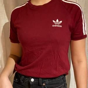 Snygg adidas t-shirt i vinröd färg.