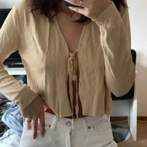 Snygg tröja i beige som kan knytas. Trendig och fin men kommer tyvärr inte till användning. Passar S och M. Frakt tillkommer✨🦋