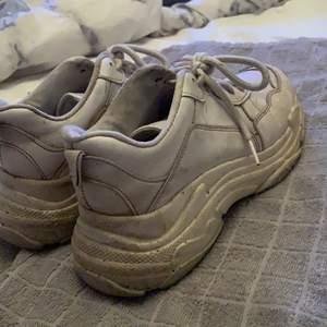 Skor från Nelly, ganska så slitna men funkar om man tvättar dom osv! Nypris 500kr, säljer för 100kr
