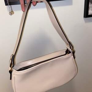 Super söt beige väska från Shein med guld detaljer 🤎 Lite mörkare beige färg än på bilden! Endast använd 1 gång! 79:-  + frakt!