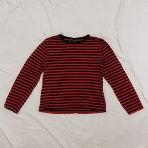 svart/rödrandig tröja ifrån monki! den har tyvärr blivit för liten för mig så det är dax för en ny ägare <3 fortfarande väldigt fin i kvalitén. kan skickas mot fraktkostnad, och jag kan även tänka mig att gå ner i pris vid en snabb affär :)