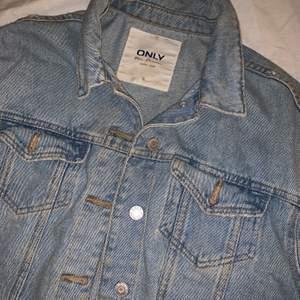 Croppad jeansjacka, superfin på😍 användes knappt detta år tyvärr men väldigt fint skick i strl 36 från only/Nelly ❣️