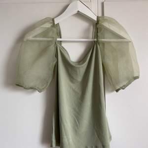 En super fin grön topp med pufferm ifrån gina tricot i storlek xs, bara att höra av sig vid yttligare frågor💖