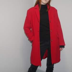 Superfin röd kappa, perfekt för vintern! Den är i jättebra skick men är lite stor så det är därför jag säljer den! Modell är min syster, 166cm lång, brukar ha xs/s i kläder. Pris och frakt kan alltid diskuteras vid snabb affär! ;) Bara att höra av sig för fler bilder