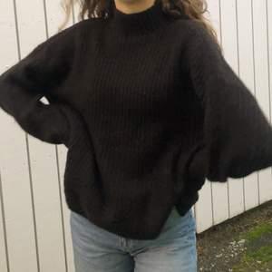 Skitmysig stickad tröja med lite polo. Den är köpt på vila för 500 men har aldrig använt (prislappen är kvar). Storlek Xs men är jätte töjbar så passar säkert till M. Startpris: 100 + frakt! BUDA I KOMMENTARERNA!