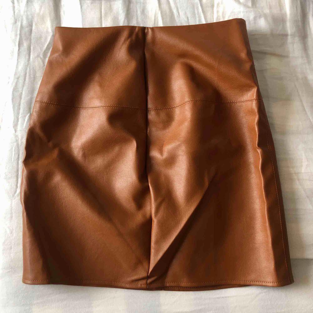 Fake brun läderkjol i strl 32 från Missguided. Kjolar.