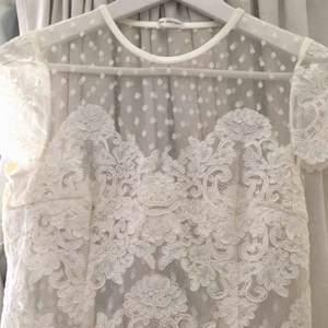 En vit Ida Sjöstedt klänning som är använd en gång. oBS det är ett litet hål vid kragen som enkelt går att sy ihop (kolla bild 2) Spårbar frakt på 72kr tillkommer:)
