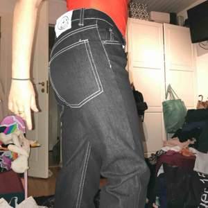 skitsnygga svarta jeans med kontrastsömmar från cheap monday, tyvärr alldeles för stora för mig, kan dock passa mindre personer så länge man har skärp