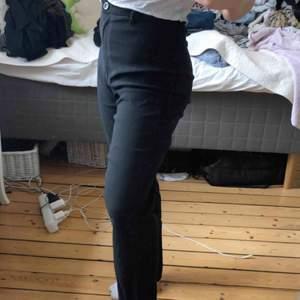Skit snygga kostymbyxor som är höga i midjan och har en ficka bak