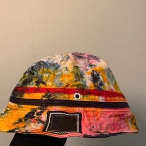 Buckethat i batik i märket champion! Hatten är hemmagjord utav (wavedyes@insta) riktigt schysst! Står storlek L-XL men är mindre i storleken ! 70kr inklusive frakt 👽👽