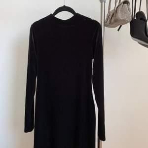 Kort, figursydd klänning i sammet. Klänning är från H&M och sista bilden (lånad från H&Ms egna Pinterestkonto) är på modellen med exakt likadan klänning. Pris kan diskuteras!