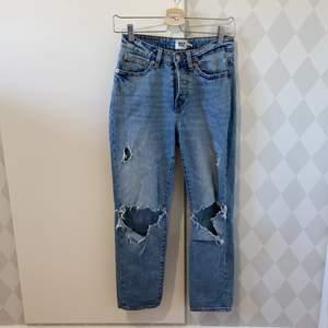 Blåa jeans från lager157 med slitningar på knäna. Välanvända men bra skick.