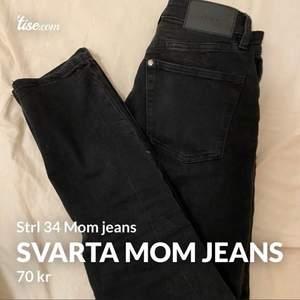 Jätte snygga och sköna svarta high waist mom jeans från HM. Bra skick, frakt tillkommer (köparen står för frakten)😋