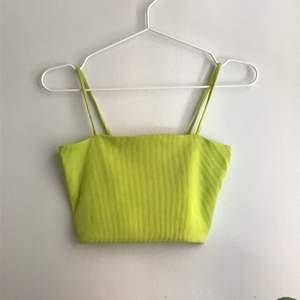 Neongrönt linne ifrån Monki, välanvänd men ändå bra skick. Köparen står för frakten men tror den blir billig.