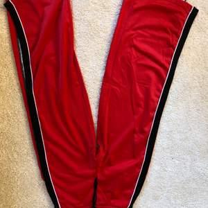 Byxor med slits från bershka, köpare står för frakt!