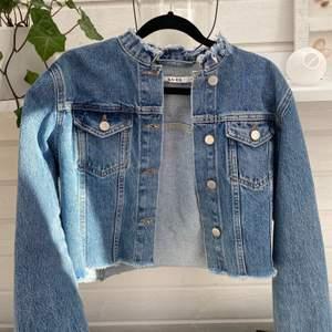 Superfin oversized croppad jeansjacka ifrån NA-KD⭐️ använd fåtal gånger då det inte är min stil 💕💙⭐️