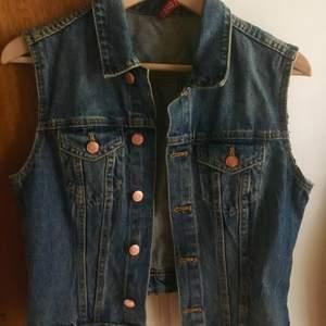 Snygg jeans väst i strl 38 / S-M. 50 kr + frakt