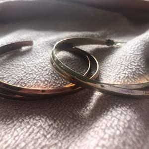 I brons och guld , oäkta. 40:- kr för båda